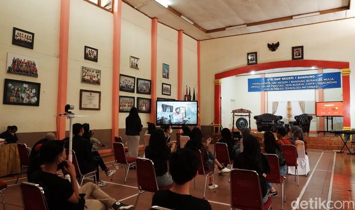 SMP Negeri 7 Kota Bandung menggelar Pentas Kreasi dan Seni (Pensi) secara hybrid atau campuran virtual dan luar jaringan. Pensi digelar virtual karena pandemi COVID-19.