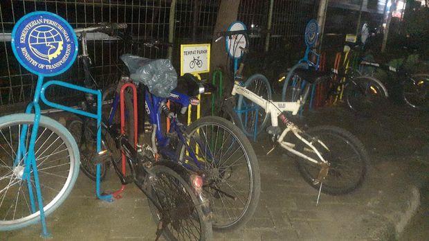 Parkir sepeda di Stasiun Bekasi.