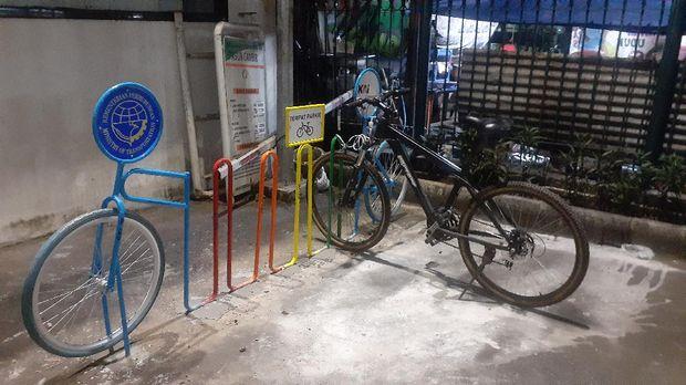Parkir sepeda di Stasiun Klender.
