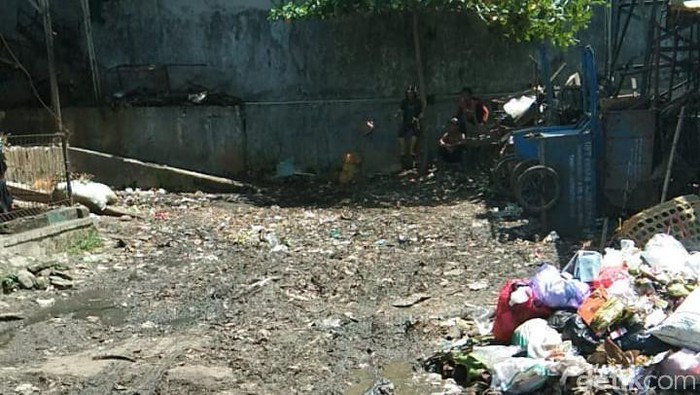 Pasar Ajibarang sudah dibersihkan dari tumpukan sampah, tapi sampah yang dibuang sembarangan muncul lagi. 17 Maret 2021. (Dok Istimewa/pedagang Pasar Ajibarang)