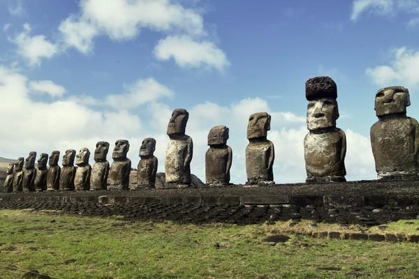 Adapun yang membuat pulau ini menarik karena di sana terdapat ratusan Moai, patung manusia yang diukir di batu dalam beragam ukuran. Maoi bisa memiliki ketinggian mencapai 10 meter dengan berat mencapai 14 ton, lho. Diperkirakan patung-patung Moai ini berasal dari abad ke-12.