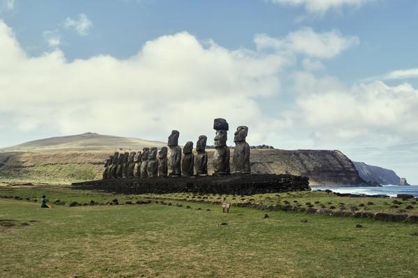 Pulau Paskah, pulau yang terisolasi ini, memiliki jarak terdekat dengan daratan sejauh 3.218 kilometer dari Chile. Rapa Nui, panggilan warga lokal terhadap Pulau Paskah, kepulauan vulkanik di Samudera Pasifik bagian tenggara ini menjadi pusat budaya di Polinesia.