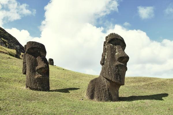 Dulunya, orang-orang yang datang Rapa Nui mengembangkan budaya arsitektur dan seni yang berbeda. Budaya ini mencapai puncaknya di abad ke-10 sampai abad ke-16. Bertepatan juga dengan datangnya pendatang ke Rapa Nui, mengukir dan mendirikan sekitar 800 Moai di pulau tersebut.