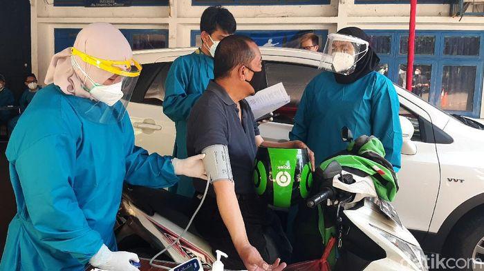 Pemerintah Kota Bogor memulai program vakasinasi covid-19 sasaran lanjut usia (lansia) secara drive thru mulai di kawasan GOR Pajajaran, Tanah Sareal, Kota Bogor, Rabu (17/3/2021).