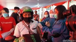 Pemkot Bogor memulai program vaksinasi COVID-19 untuk warga lansia secara drive thru di GOR Pajajaran. Vaksinasi ditargerkan selesai hingga 3 bulan ke depan.