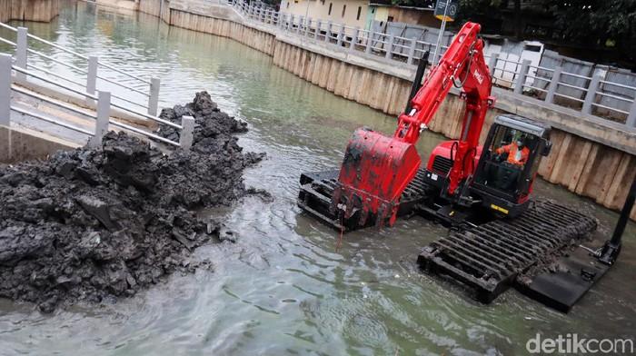 PT Pindad memamerkan ekskavator ampibius seberat 8 ton dihadapan Wali Kota Bandung Oded M Danial dan Wakil Wali Kota Bandung Yana Mulyana. Ekskavator yang masih dalam proses produksi ini dilakukan ujicoba dengan melakukan pengerukan sedimentasi lumpur di kolam retensi Gedebage.