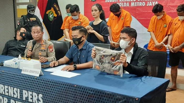 Polda Metro Jaya tangkap polisi gadungan yang memeras PSK dan germo.