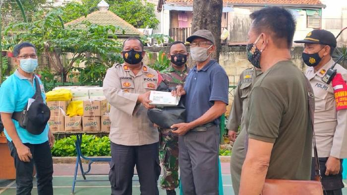 Polsek Senen bagikan sembako untuk warga di Kampung Tangguh