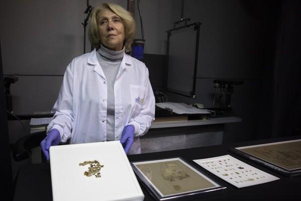 Para arkeolog menemukan puluhan gulungan yang mengandung teks alkitab. Benda itu ditemukan di gua gurun dan diyakini tersembunyi selama pemberontakan Yahudi pada bangsa Romawi. Foto: (Sebastian Scheiner/AP)