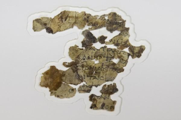 Sebelumnya, para arkeolog telah menemukan Gulungan Laut Mati di gua-gua gurun di Tepi Barat dekat Qumran pada 1940-an dan 1950-an. Gulungan tersebut berasal dari abad ke-3 hingga abad pertama SM. Gulungan ini termasuk salinan paling awal dari teks-teks alkitabiah dan dokumen-dokumen yang menjelaskan kepercayaan orang Yahudi. Foto: (Sebastian Scheiner/AP)