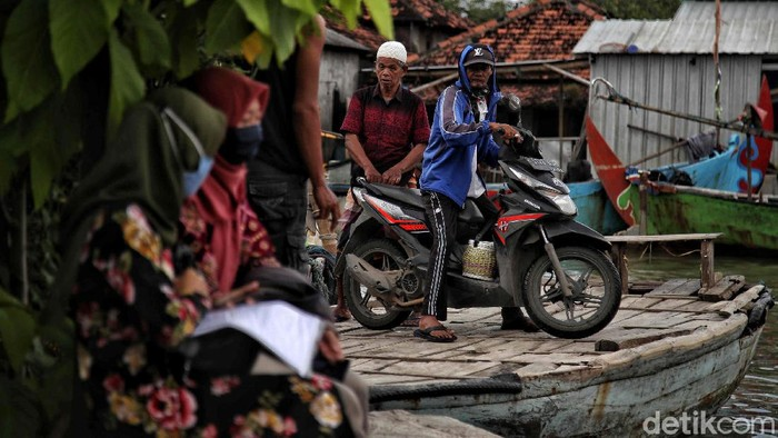 Banjir rob kerap melanda Desa Morodemak, Demak, Jawa Tengah. Ojek perahu pun menjadi transportasi alternatif untuk menerobos banjir rob.