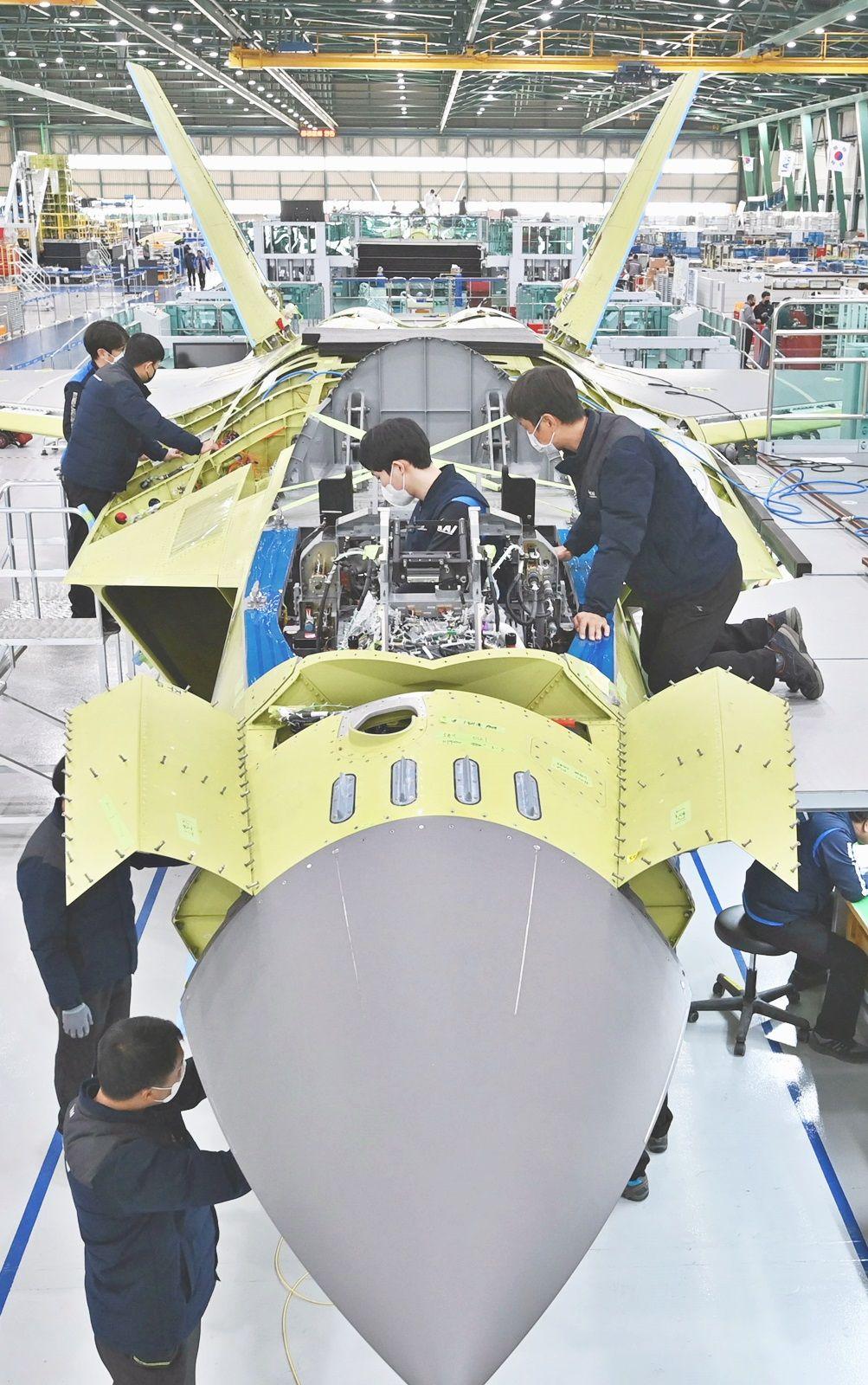 Pekerja sedang merakit KF-X di KAI di Sacheon . (Photo via Korea Aerospace Industries Ltd.(KAI))