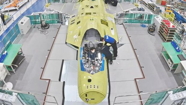 Pekerja sedang merakit KF-X di KAI di Sacheon . (Photo via Korea Aerospace Industries Ltd.(KAI))