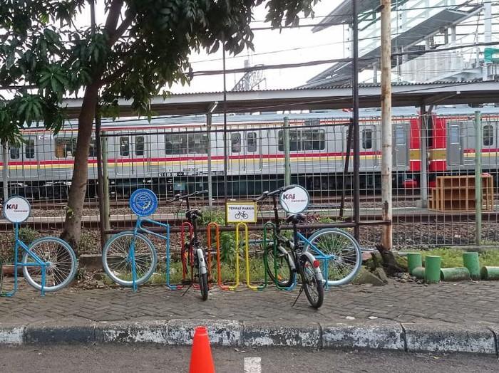 Rak parkir sepeda di stasiun-stasiun KRL. (Dok PT KAI Daop 1 Jakarta)