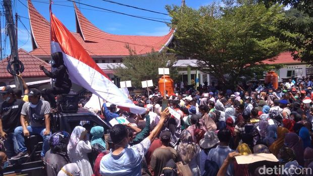 Sejumlah warga Pesisir Selatan mendatangi Kejari Pesisir Selatan mengantarkan petisi berisi dukungan kepada Bupati Rusma Yul Anwar (Jeka Kampai/detikcom)