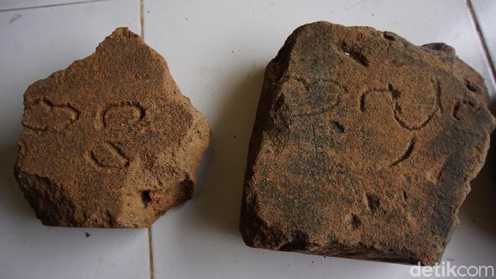 Situs Kumitir di Kabupaten Mojokerto diyakini sebagai sisa-sisa istana Bhre Wengker, paman Raja Majapahit Hayam Wuruk. Di dalam istana ini terdapat tempat suci untuk menghormati Mahesa Cempaka. Apa saja temuan arkeologis yang mendukung hipotesis tersebut?