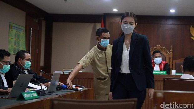 Sekretaris pribadi (Sespri) bidang administrasi mantan Menteri KKP Edhy Prabowo, Anggia Putri Kloer hadir sebagai saksi dalam sidang kasus korupsi ekspor benih lobster (benur) dengan terdakwa Suharjito, di pengadilan Tipikor,PN Jakarta Pusat, Rabu (17/3/2021).  Anggia disebut oleh tersangka Amiril Mukminin saat bersaksi  Rabu pekan lalu (10/3) menerima pembelian mobil Honda HRV dari Edhy Prabowo.