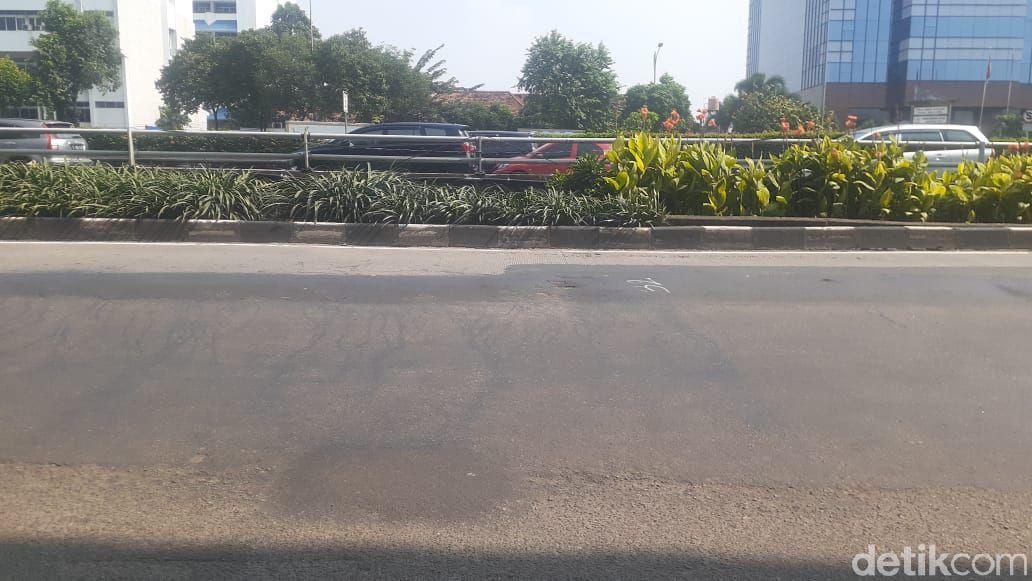 Tambalan-tambalan di Jl MT Haryono arah Pancoran Jakarta Selatan, 17 Maret 2021. (Afzal Nur Iman/detikcom)