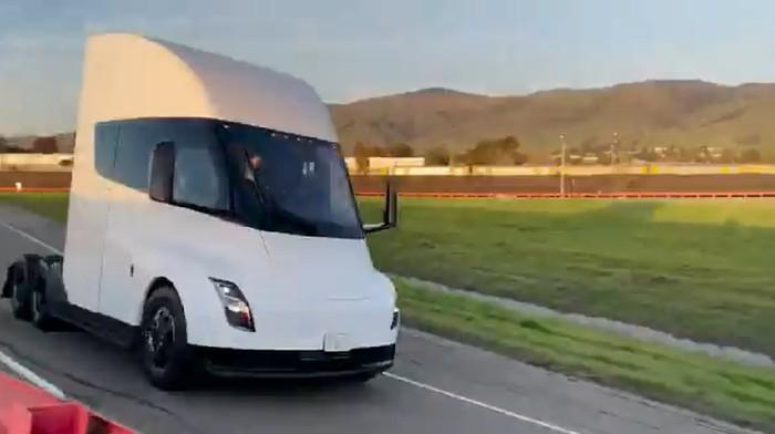 Truk listrik Tesla dites jalan