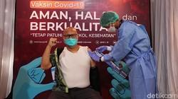 KPU bekerjasama Kementerian Kesehatan menggelar vaksinasi COVID-19 tahap pertama di lingkungan kerja.