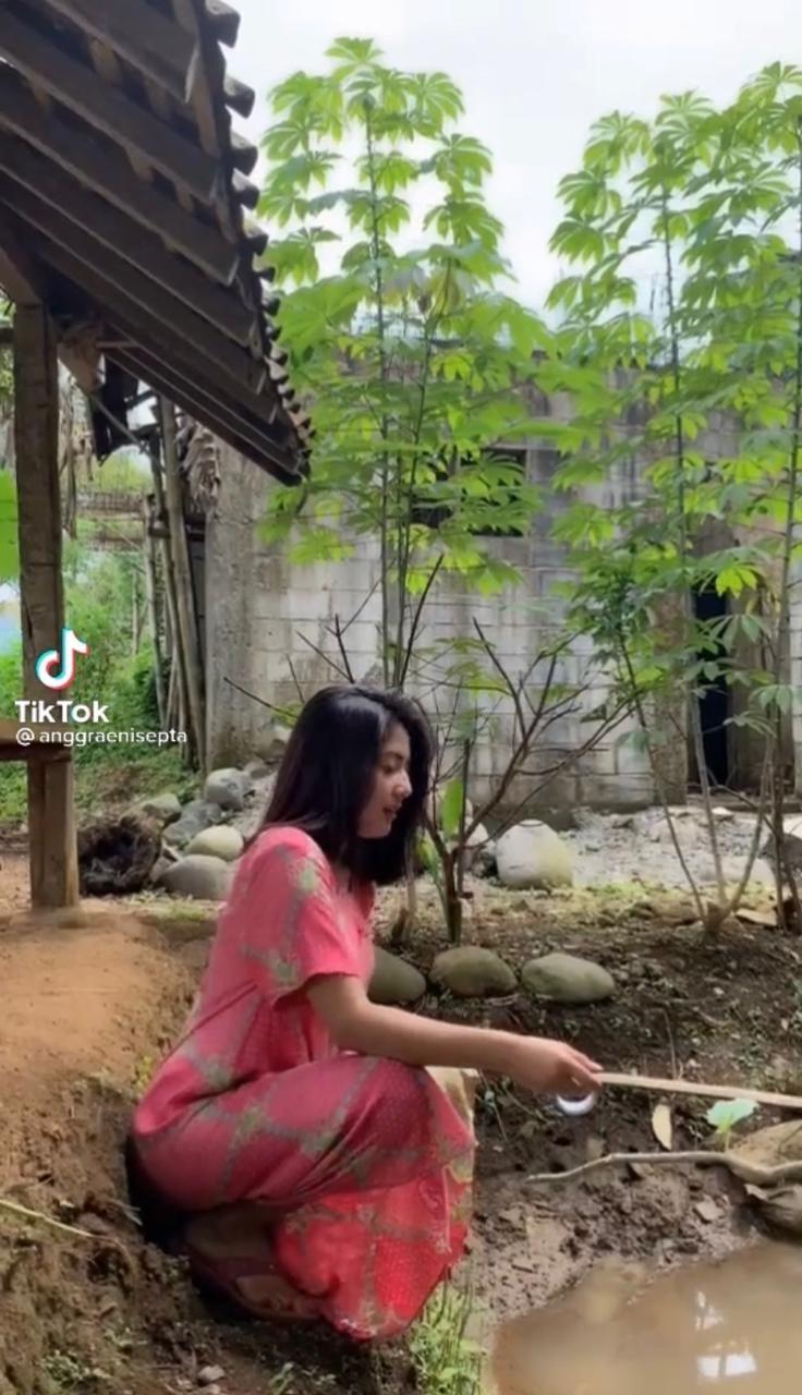 Wanita Cantik Ini Jago Mancing di Empang hingga Masak Pakai Kayu Bakar