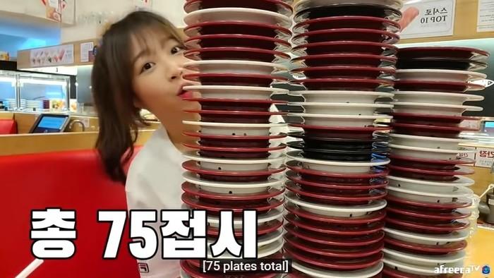 youtuber mukbang Tzuyang menghabiskan sushi sebanyak 75 piring. Padahal badannya ramping lho!