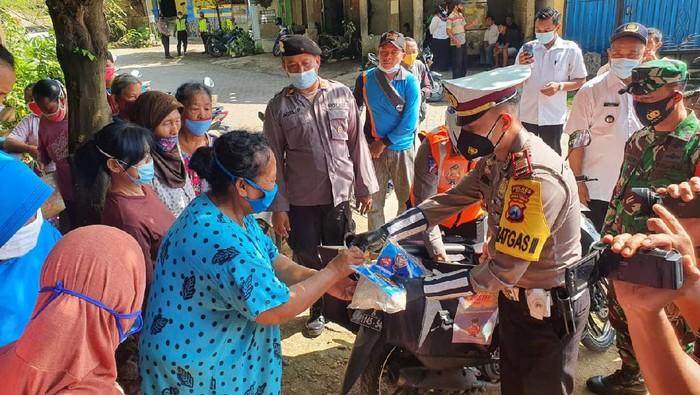 Rasa senang tampak dari rauh wajah warga Desa Bangunrejo Lor, Kecamatan Pitu, Ngawi. Di tengah pandemi COVID-19, ratusan warga mendapat sembako dengan harga murah.