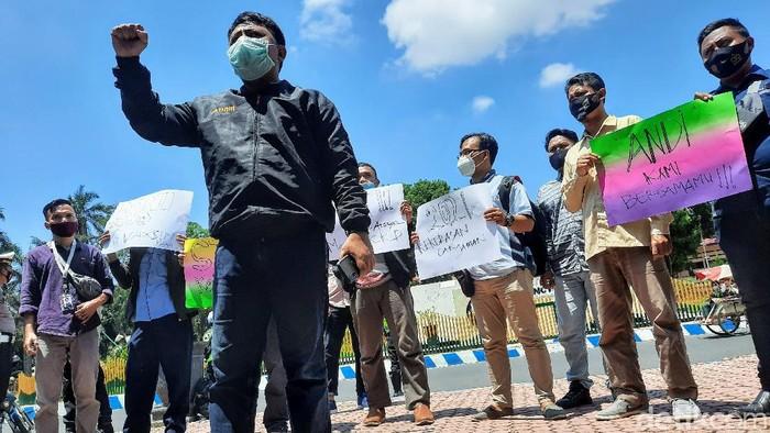 Puluhan jurnalis Bondowoso menggelar aksi solidaritas. Demo itu sebagai bentuk keprihatinan atas aksi kekerasan yang dialami jurnalis televisi Situbondo.