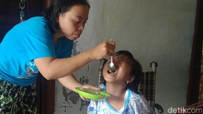 Ariyanti (32) seorang ibu di Pemalang membesarkan buah hatinya Citra Kirana (10) seorang diri setelah suaminya minggat sejak tahu anaknya lahir dengan kelainan.