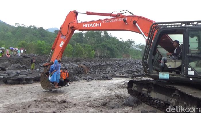 Sekitar 20 tenaga medis dari Dinas Kesehatan Lumajang dan Puskesmas Candipuro terjebak banjir lahar hujan Gunung Semeru. Mereka terjebak di seberang Sungai Leprak, Desa Sumber Wuluh, Kecamatan Candipuro.