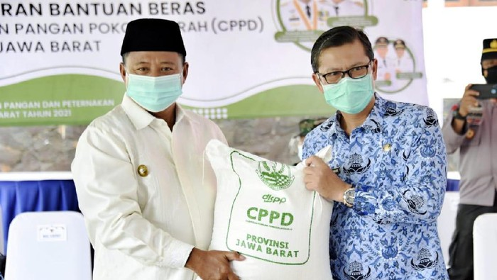 Pemdaprov Jabar menyalurkan 159 ton beras untuk 117.288 warga di 18 kecamatan di Subang. Hal itu dilakukan untuk meringankan beban para korban.