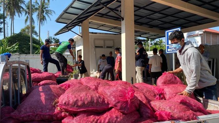 Tujuh 7 ton bawang merah sitaan dihibahkan ke pesantren di Aceh Besar.