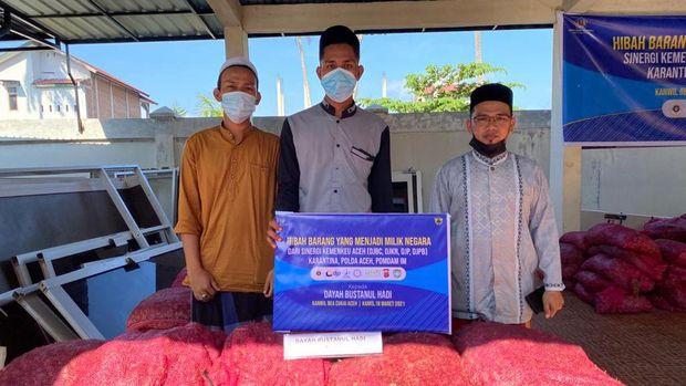 Tujuh 7 ton bawang merah sitaan dihibahkan ke pesantren di Aceh Besar, Kamis (18/3/2021).