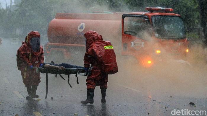 Petugas gabungan menggelar simulasi penanganan ledakan bahan kimia berbahaya. Simulasi tersebut digelar sebagai upaya mitigasi ancaman bencana non-alam
