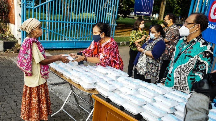 Universitas Kristen Indonesia gelar aksi simpati di tengah pandemi. Mereka membagikan makanan gratis.