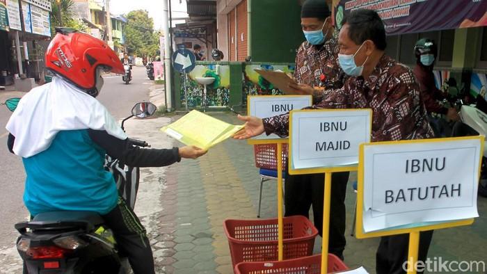 Sekolah di Yogyakarta membuka layanan pengembalian lembar jawaban ujian via drive-thru. Hal itu dilakukan sebagai upaya pencegahan penyebaran virus Corona.
