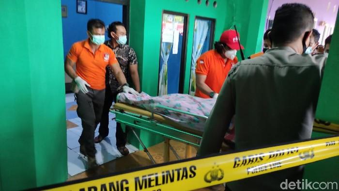 Evakuasi mayat perempuan Wiwin Listiyani di Semarang, Kamis (18/3/2021).