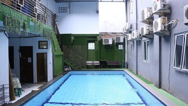 Terdapat juga kolam renang yang dapat digunakan oleh tamu yang menginap hingga publik. (dok Hotel Alona)