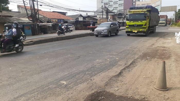 Jl Raya Industri Bekasi telah selesai perbaikan yang kedua. Kini, kendaraan bisa mulus melintas.