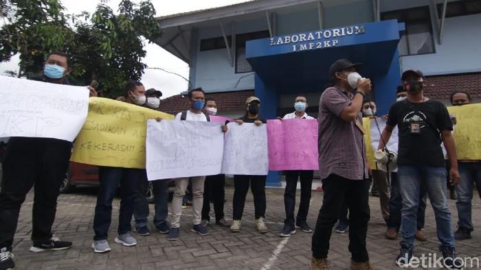 Puluhan jurnalis di Banyuwangi juga menggelar demo. Mereka turut mengecam aksi kekerasan yang dilakukan oknum pengawal Menteri KKP ke jurnalis di Situbondo.