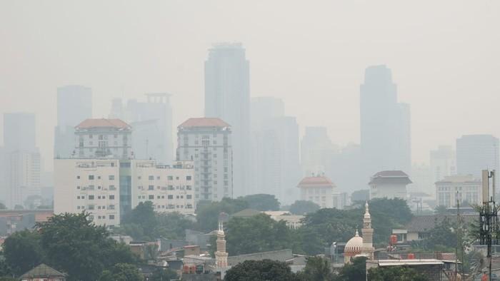 Kabut menutupi gedung-gedung tinggi di Jakarta (Andhika-detikcom)