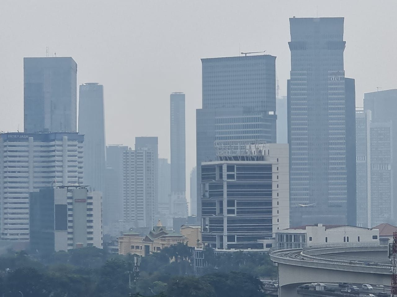 Kabut menutupi gedung-gedung tinggi di Jaksel (Herianto-detikcom)