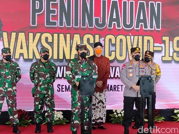 Kapolri Jenderal Listyo Sigit Prabowo dan Panglima TNI Marsekal Hadi Tjahjanto Pantau vaksinasi personelnya di Semarang, Kamis (18/3/2021).