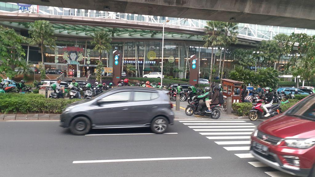 Kondisi mal depan mal Kuningan City, Jakarta Selatan  yang jadi tempat putar balik kendaraan bermotor.