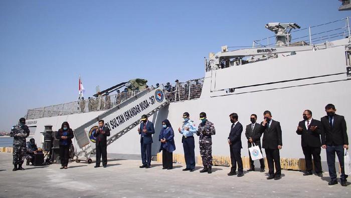 Duta Besar RI untuk Kesultanan Oman YM Mohamad Irzan Djohan menyambut kedatangan KRI Sultan Iskandar Muda (KRI SIM) 367 tiba di Pelabuhan Salalah. Persinggahan KRI Sultan Iskandar Muda ini sebelum melanjutkan misi perjalanan ke Lebanon.
