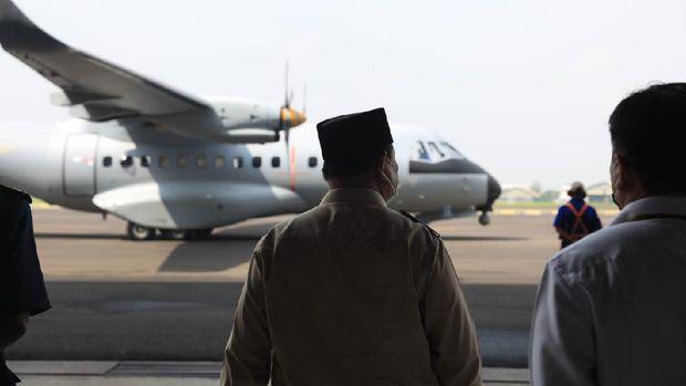 Menhan Prabowo serahkan Pesawat karya anak bangsa CN235-220 kepada AU Senegal (Dok. Kemhan)