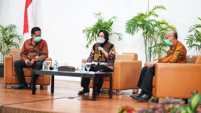 Mensos Tri Rismaharini memberi kuliah umum di Kampus Poltekesos Bandung. Mensos menantang para mahasiswa untuk bisa selesaikan permasalahan sosial.