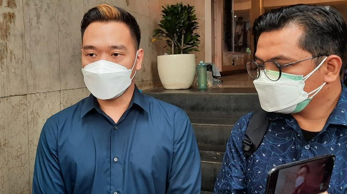 Michael Yukinobu Defretes atau Nobu (kiri) jalani wajib lapor di Polda Metro Jaya.