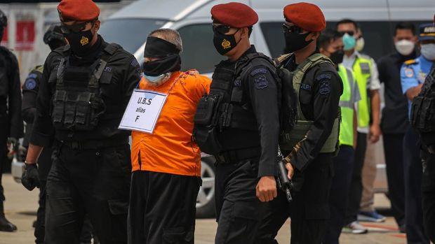 22 tersangka teroris jaringan Jamaah Islamiyah (JI) tiba di Bandara Soekarno-Hatta. Para tersangka itu sebelumnya ditangkap Densus 88 Antiteror di Jawa Timur.