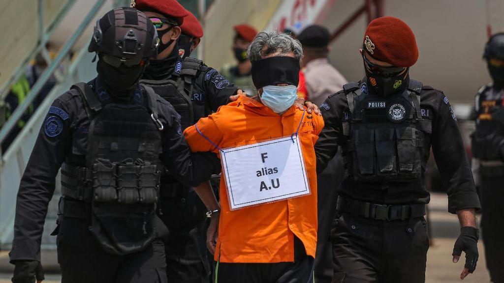 Potret 22 Tersangka Teroris Jaringan JI dari Jatim Tiba di Jakarta